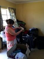 Kisten- und säckeweise haben wir gebrauchte aber auch sehr gute Kleidung von Kollegen und Freunden aus Pretoria mitgebracht.