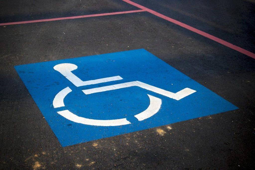 Plaza de aparcamiento para minusválidos