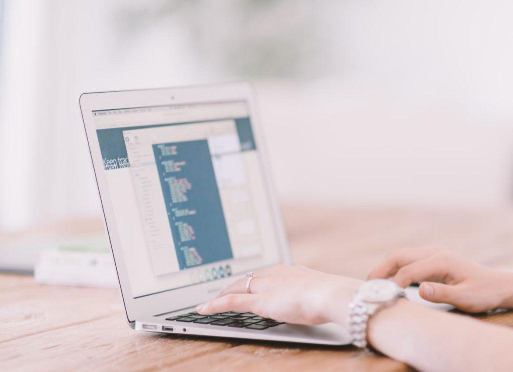 Mujer trabajando con un portátil, Dia Internacional de la Mujer 2019, Familysol
