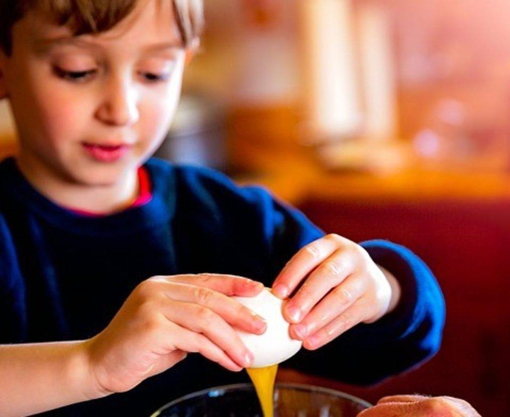 Niño haciendo torrijas en Semana Santa