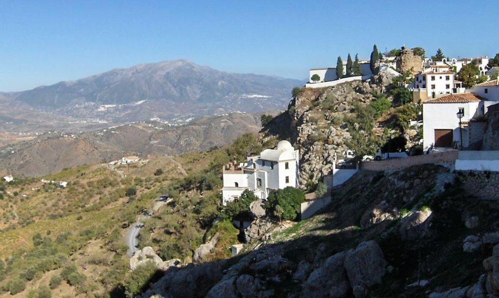 Casas blancas en barranco en Comares, Málaga