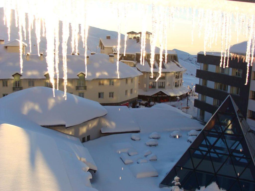 Estalactitas en las ventanas del alojamiento, Estación de Esquí Sierra Nevada, Granada