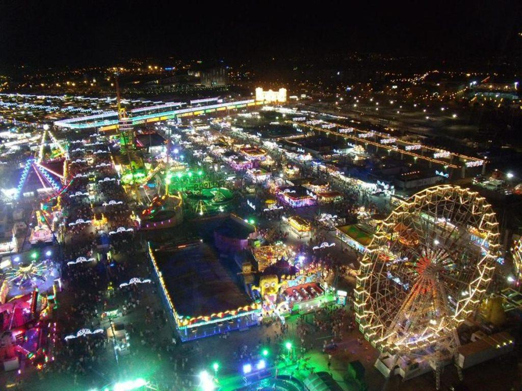 Vista panorámica de las atracciones de la Feria