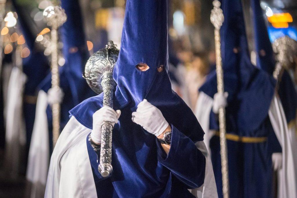 Nazarenos de la Cofradía del Rico en la Semana Santa de Málaga