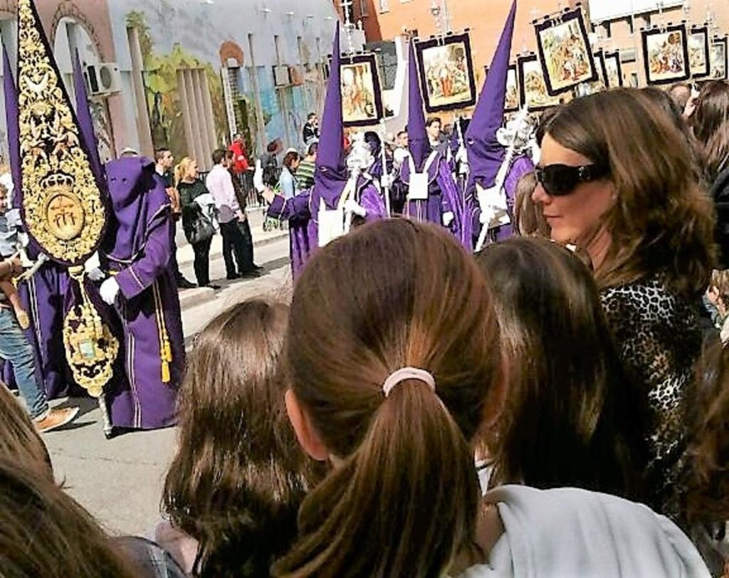 Niños viendo procesiones Niños viendo procesiones en la Semana Santa de Málaga