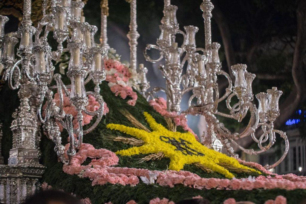 Mano de flores de la Virgen de las Penas en la Semana Santa de Málaga
