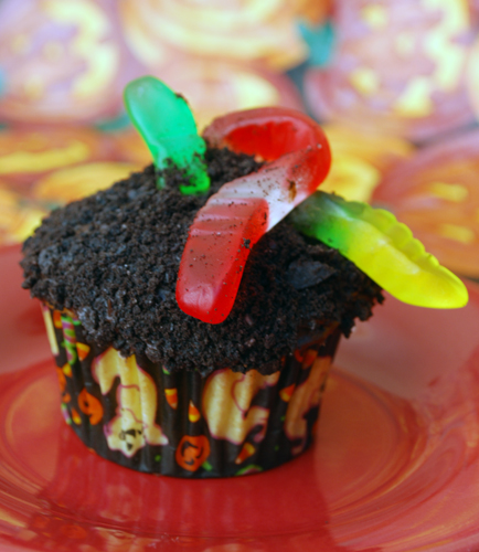 Halloween Cupcake Decorating: Worms in Dirt