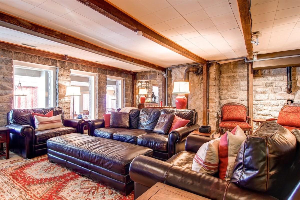 Snowpine Lodge lounge