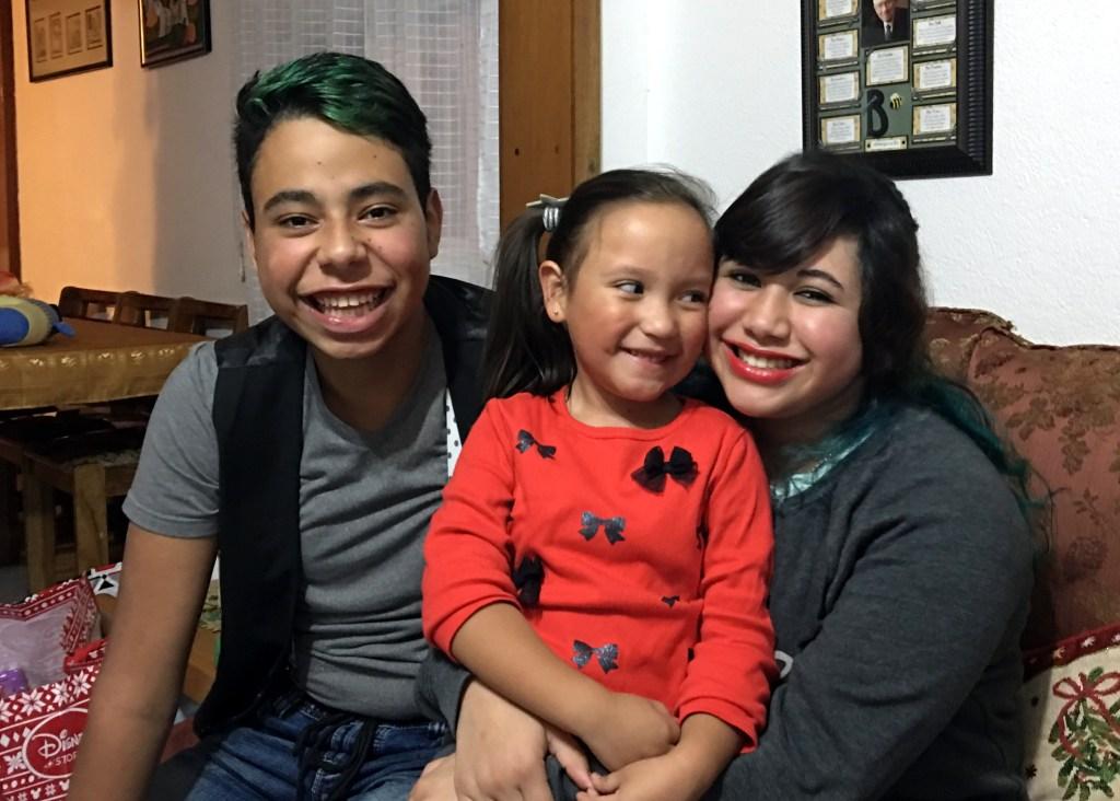 Niki con Diego y Natalia, hijos pequeños de Jerson (mi primo)