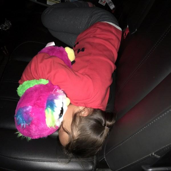 Niki durmiendo con el regalo de su Yaya