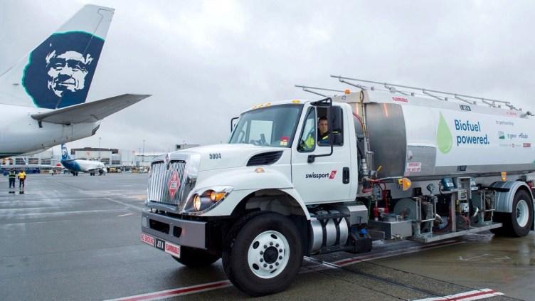 la coda del Boing 7-800 di Alaska Airlines e l'autobotte con il biofuel ottenuto dagli scarti di lavorazione del legno