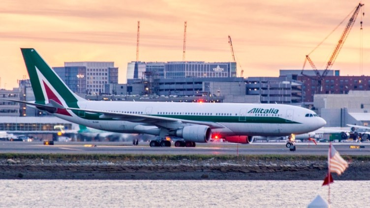 Alitalia Airbus A330-200 a Boston BOS ©Matt Hintsa