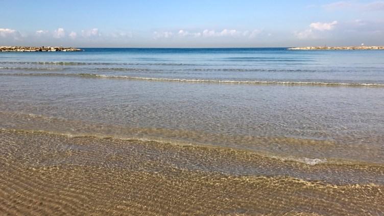 la spiaggia è pulita e l'acqua cristallina