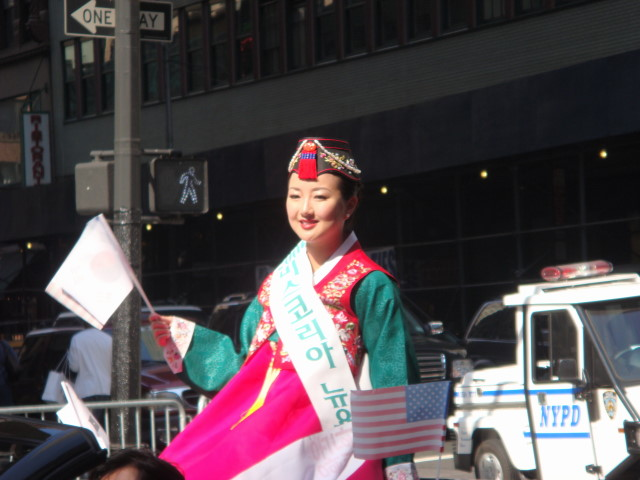 20071006-korean-parade-28-traditional-dress.jpg