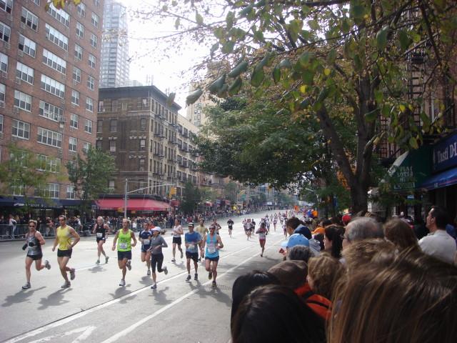 20071104-ny-marathon-58-running-crowd-grows.jpg