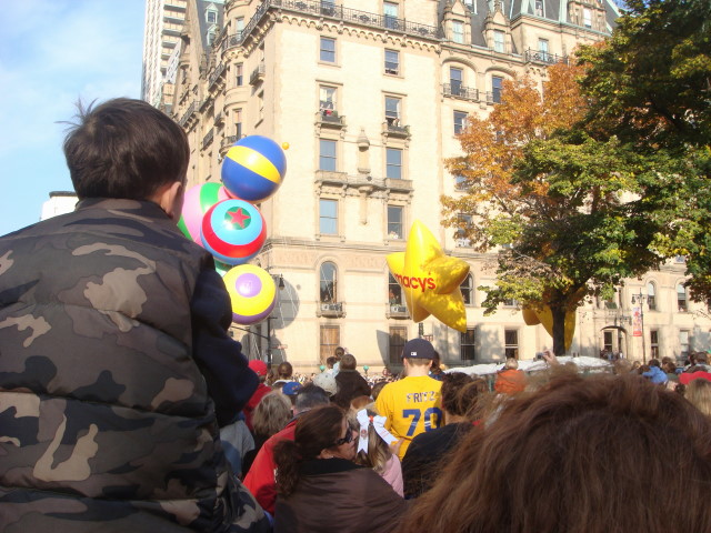 20071122-macys-thanksgiving-parade-07-first-balloons.jpg