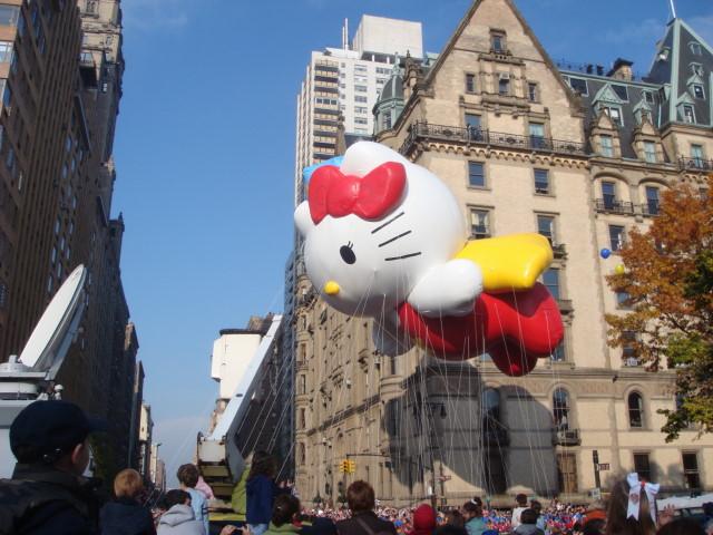 20071122-macys-thanksgiving-parade-16-hello-kitty-balloon.jpg