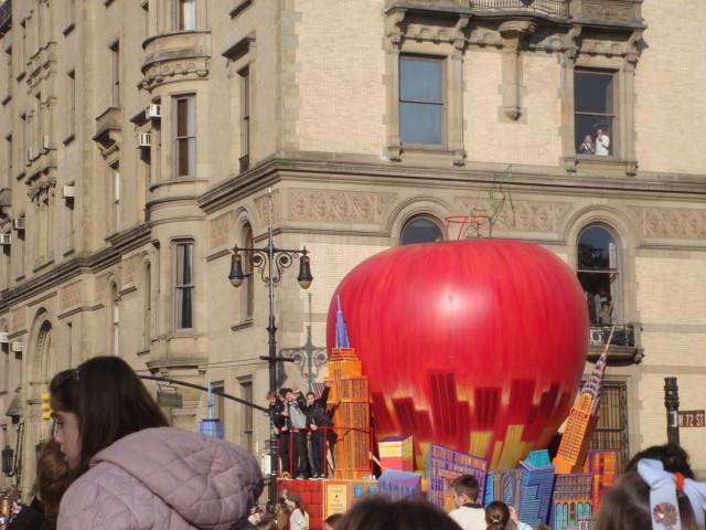 20071122-macys-thanksgiving-parade-19-big-apple-float.jpg