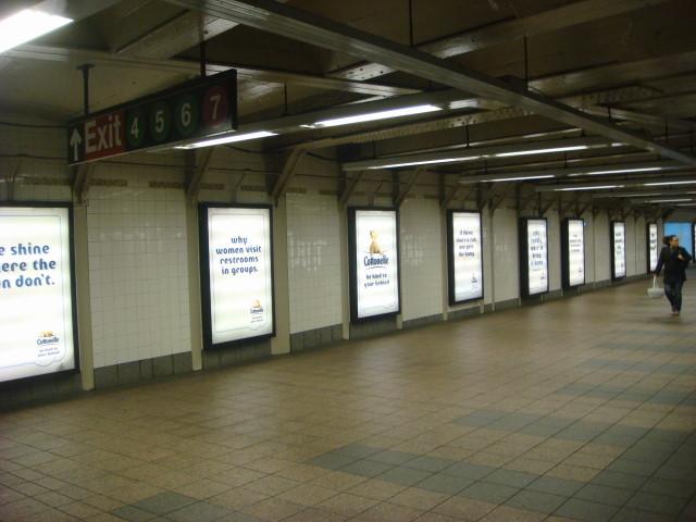 20080315-subway-car-toilet-paper-motiff-03.jpg