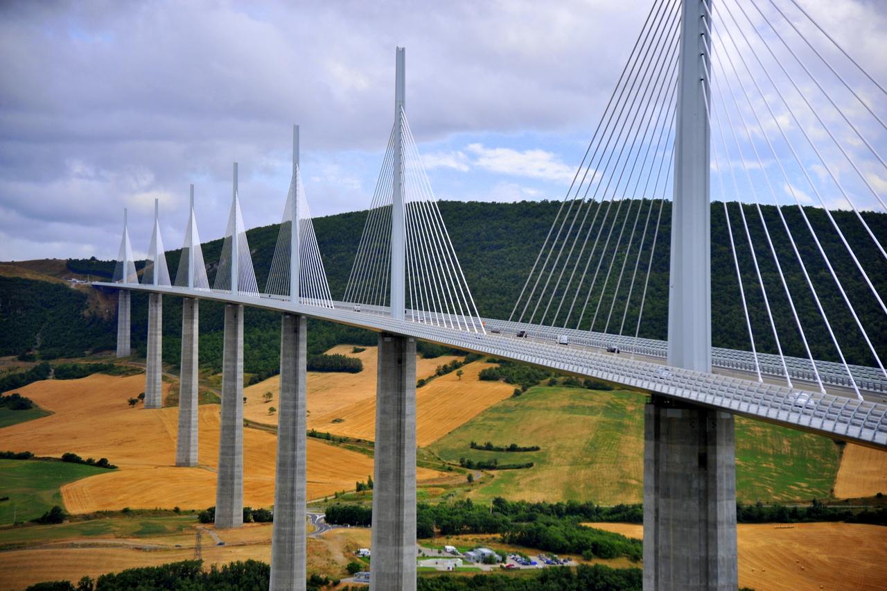 b33d8f1e03f Dit is dan ook zeker en vast op te merken in het viaduct: de pijlers staan  onder de brug in plaats van er buiten.