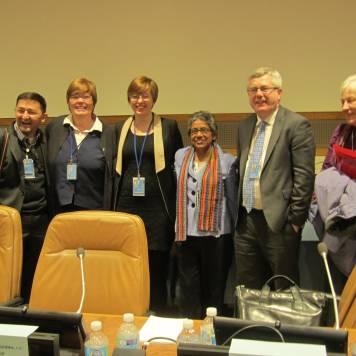 Miembros del grupo de trabajo base (parte del comité de la ONU para el Desarrollo Social) se reunen con el P. Guillermo Campuzano