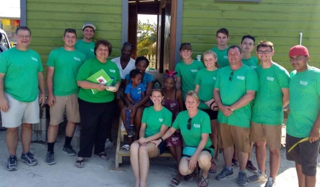 Voluntarios construyen una casa en Belice