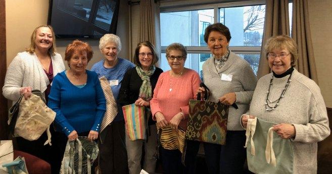 Las Damas de la Caridad de la Diócesis de Buffalo, NY, se acercan con «bolsos de paseo»
