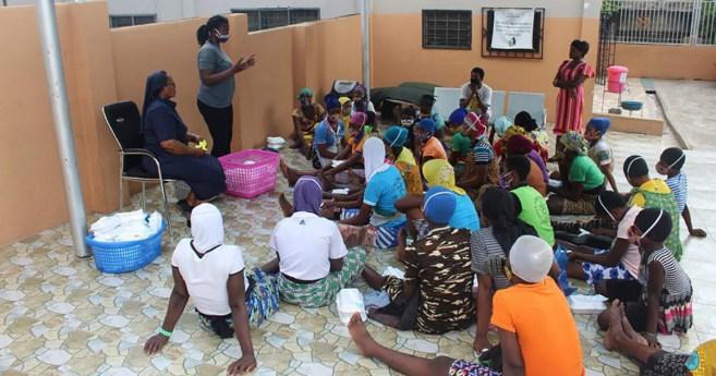Las Hijas de la Caridad se acercan a las personas de la calle de Ghana para educarlas sobre la pandemia