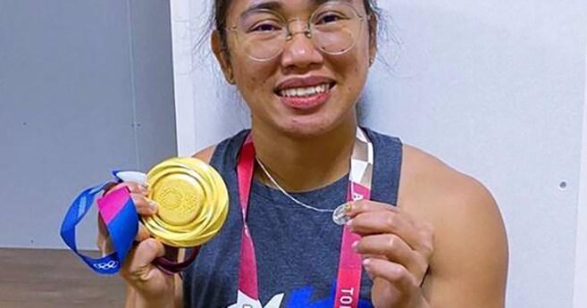Hidilyn Díaz bate el récord mundial de halterofilia y muestra dos medallas: la de oro y la Milagrosa