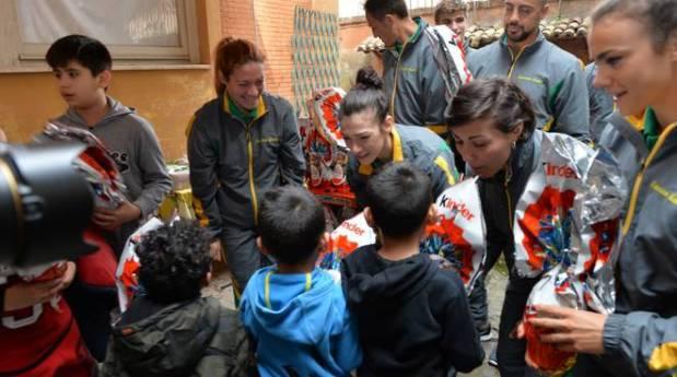 Atleti delle Fiamme Gialle hanno incontrato i bambini del dispensario Santa Marta gestito dalle Figlie della Carità