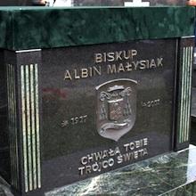 Reportaż filmowy z pogrzebu ks. bp Albina Małysiaka CM na cmentarzu salwatorskim