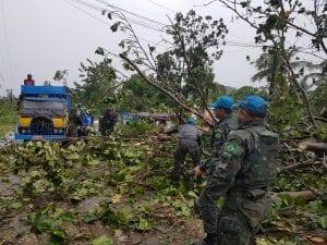 Militares brasileiros da Força de Paz da ONU trabalham para desbloquear estradas afetadas pelo furacão. (Minustah)