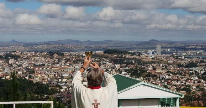 O Pe. Opeka celebra a eucaristia para toda a população de Antananarivo