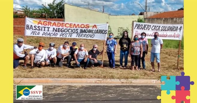 Vicentinos constroem a quarta casa de um projeto ousado em Mirassol (Brasil)
