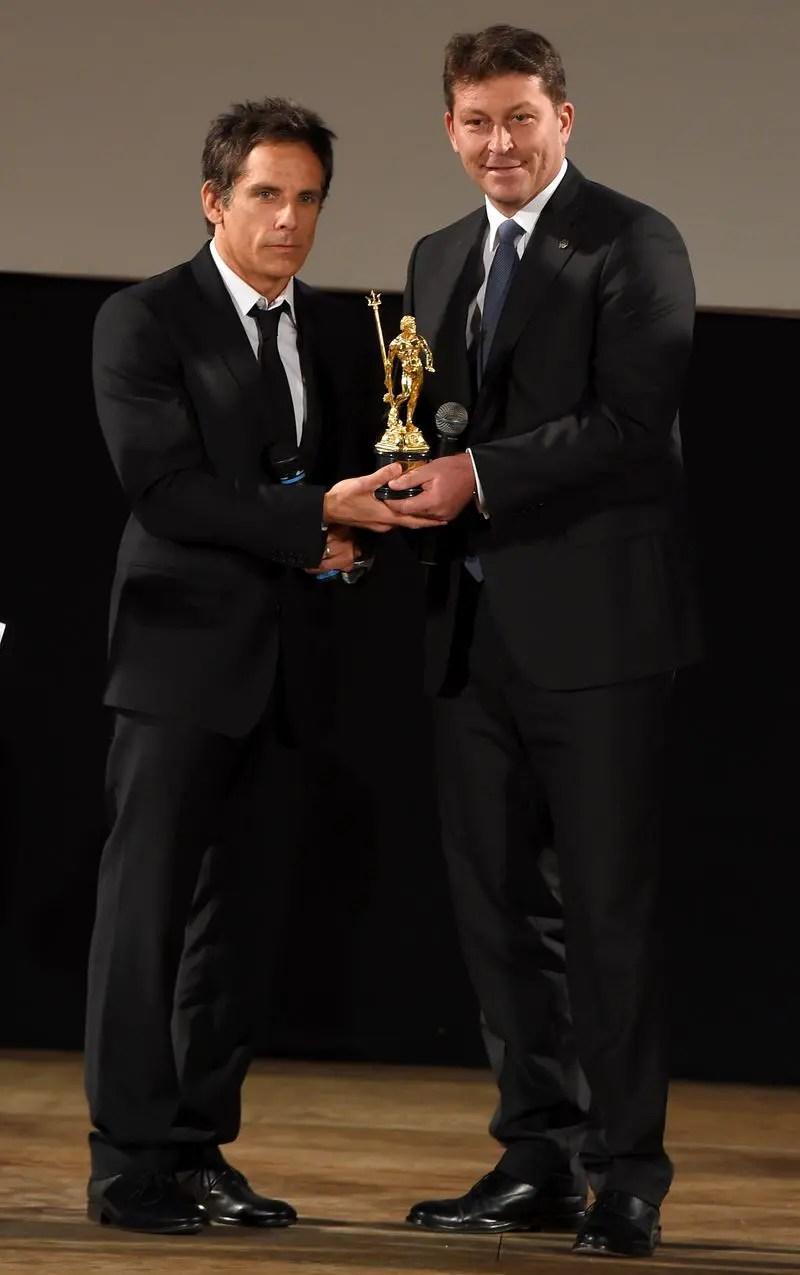 Schauspieler bekommt Preis aus den Händen von Giulio Pastore