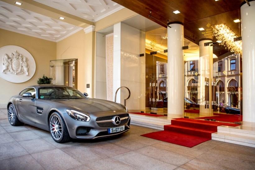 Mercedes-AMG GT S vor Hotel Vier Jahreszeiten Kempinski München