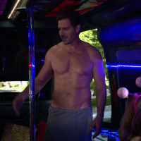 "Ed Quinn as Randy shirtless in 2 Broke Girls 5x16 ""And the Pity Party Bus"""