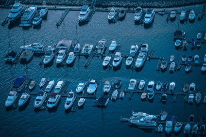 Docked-Boats-in-Dubai-at-Sunrise-pictured-from-Above