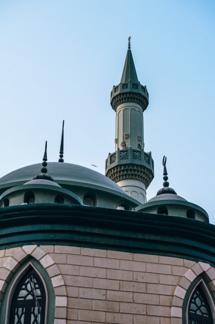 Green-Mosque-in-Dubai-Photographed-from-Below