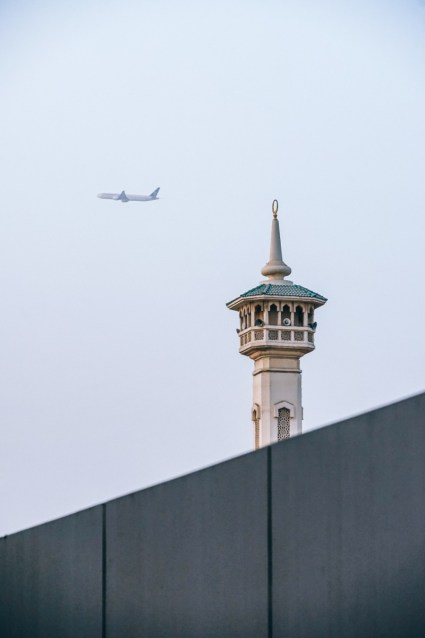 Plane-taking-off-from-Dubai-behind-a-Mosque