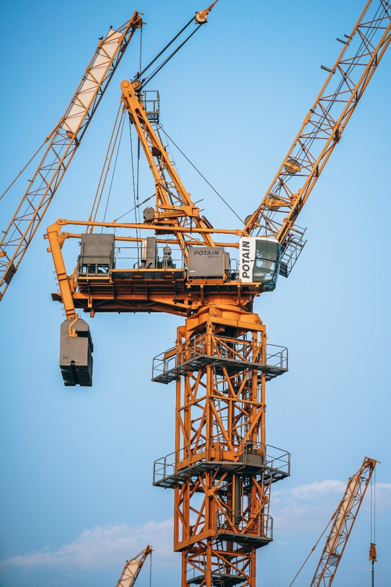 Tall-Construction-Cranes-Working-with-the-Clear-Sky-in-the-Background