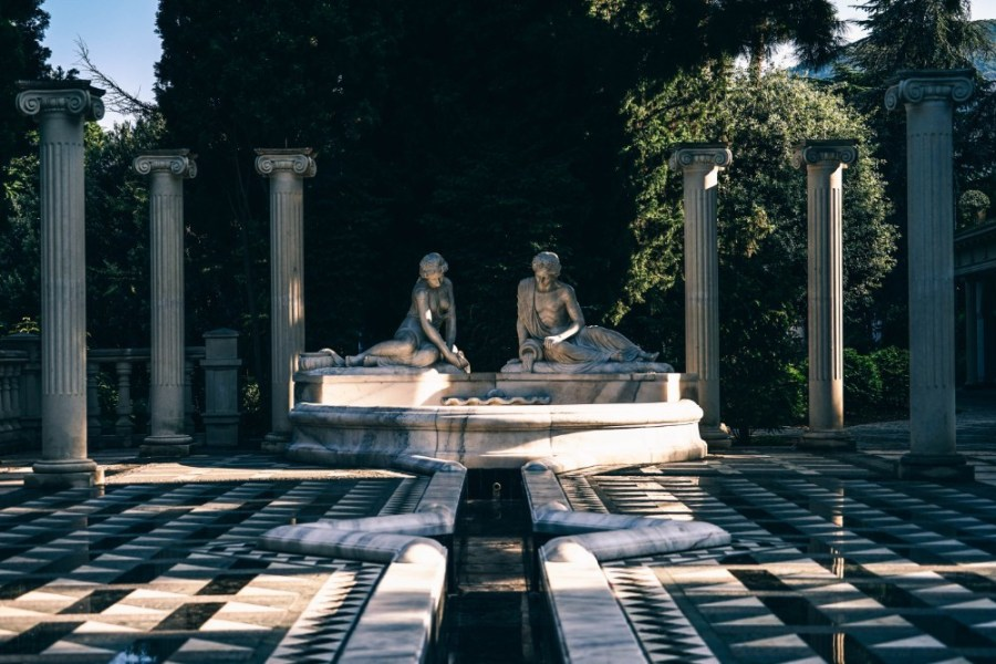 Ancient-Roman-Statue-Surrounded-by-Pillars-in-Yalta