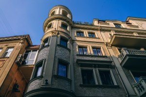 Apartment-Building-in-Yalta-Photographed-from-Below
