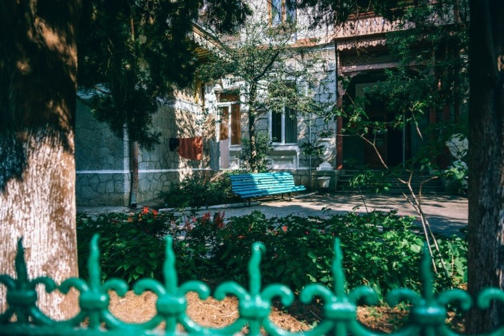 Blue-Wooden-Bench-in-front-of-a-Family-House-in-Yalta