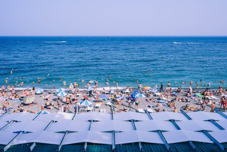 Busy-Beach-in-Yalta