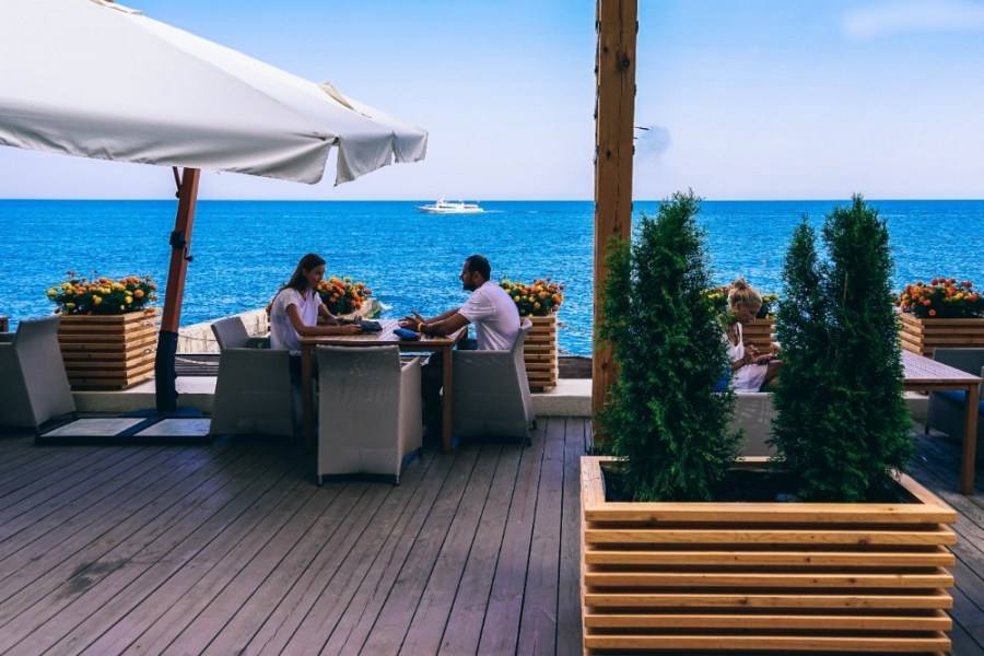 Friends-Talking-in-a-Beautiful-Beach-Bar-in-Yalta