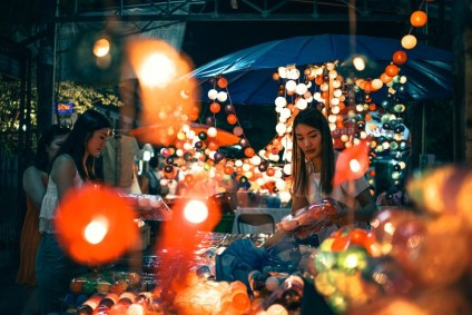 Girls-Sorting-Out-Products-at-the-Night-Market-in-Chiang-Mai