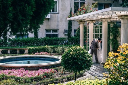 Newly-Married-Couple-Kissing-in-a-Garden