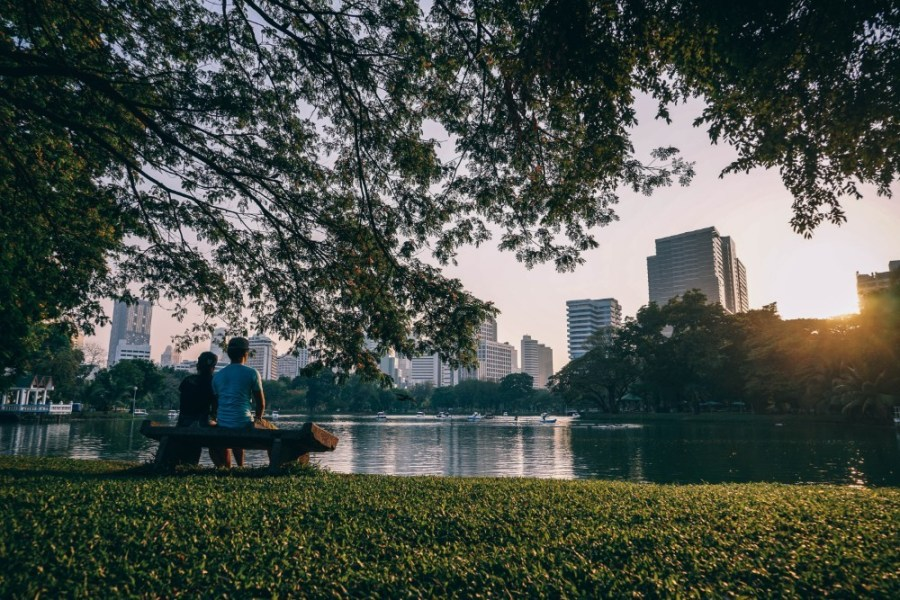 Couple-Watching-the-Sunset-While-Sitting-on-a-Bench