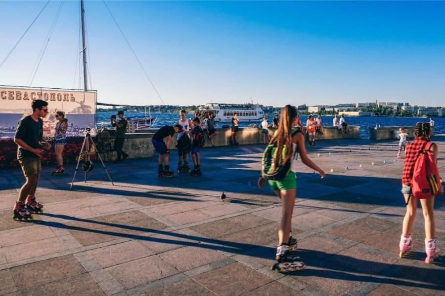 Friends-Roller-Skating-on-the-Promenade-in-Sevastopol